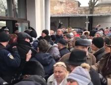 Scandal la procesul Mineriadei: Magureanu a fost huiduit, martorii asteapta afara, in frig, un barbat a lesinat