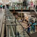 Scandal monstru între zeci de persoane în fața unui centru comercial. Copil de 12 ani, înjunghiat în altercație