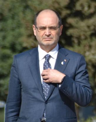"""Scandal pe licitatia manualelor: Ministrul Educatiei spera ca nu s-a intamplat nimic """"nepotrivit"""""""