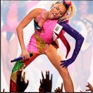 Scandalos de la cap la coada: Miley Cyrus a promis ca se autodepaseste la VMA si a facut-o (Galerie foto)