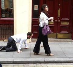 Scandalos sau doar amuzant? Un barbat e plimbat cu lesa prin Londra (Video)