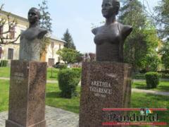 Scandalul sexi-busturilor de la Targu Jiu continua
