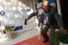 """Scenă halucinantă filmată într-o ședință de consiliu local din România. Cum l-a alergat un liberal prin primărie pe colegul de la PMP: """"Îţi rup oasele!"""" VIDEO"""