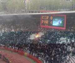 Scena incredibila in Serbia: Fanii lui Partizan au dat foc peluzei stadionului rivalilor