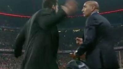 Scena incredibila in timpul meciului Bayern - Atletico: Simeone si-a lovit un colaborator (Video)