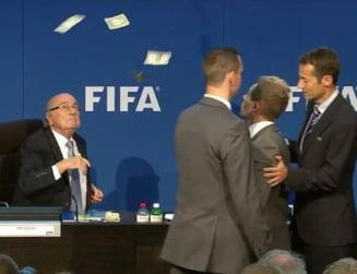 Scena incredibila la conferinta lui Blatter: A fost atacat cu bani (Video)