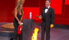 """Scena total neasteptata la gala premiilor Emmy. Actrita Jennifer Aniston a fost """"pompierul de serviciu"""" si a stins focul"""