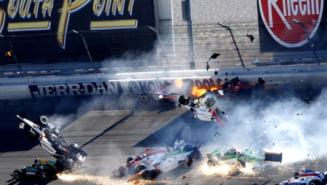 Scene de groaza in sportul cu motor! Un pilot a murit, 15 masini s-au facut praf (Video)