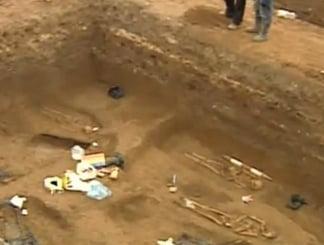 Schelete descoperite sub statuile de la Universitate (Video)