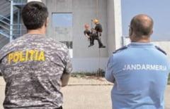 Schimb de experienta intre instructorii Centrului de Perfectionare a Pregatirii Cadrelor Jandarmi Ochiuri si mascatii de la Politie