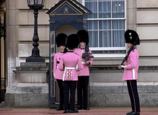 Scotland Yard cauta homosexuali, lesbiene si transexuali pentru paza Reginei