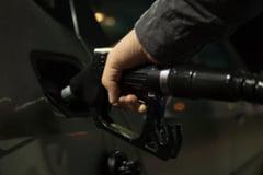 Scumpirea șoc a benzinei. Câți litri de carburant mai poate cumpăra un român cu salariul mediu pe economie