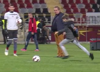 Se intampla in Liga 1: Patronul Astrei si-a dus copilul pe gazon inaintea meciului cu Voluntari