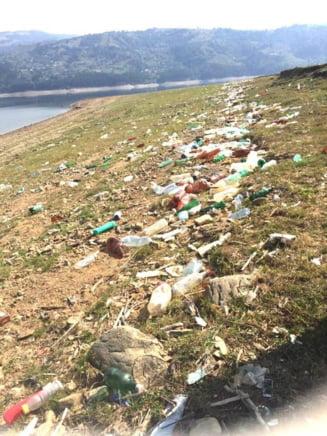 Se intampla in Romania: Pentru ca nu le-au curatat si balegarul din curti, voluntarii au fost alungati de sateni