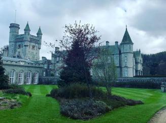Se intampla si la castele mai mari: Vizitatorii uneia dintre resedintele Reginei Angliei, acuzati ca isi fac nevoile pe gazonul castelului