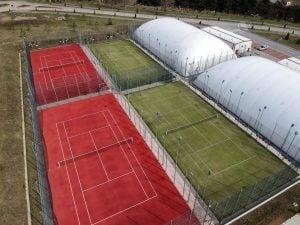 Se redeschis terenurile de tenis de camp din Parcul Cornisa. Va fi un punct de distributie apa, suc si gustari