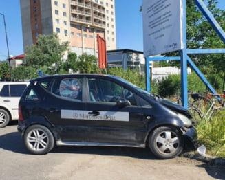 """Si-a """"parcat"""" masina in doua biciclete si in stalpul de la un panou, la targul de vechituri, in Giurgiu! (FOTO)"""
