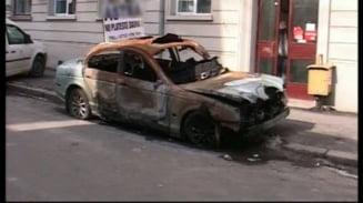Si-a lasat masina arsa in fata firmei de asigurari care refuza sa-l despagubeasca (Video)