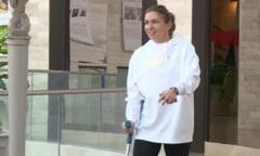 Simona Halep, surprinsa in timp ce merge ajutandu-se de o carja (Video)