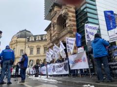 Sindicalistii afiliati Federatiei Publisind participa, miercuri, la un miting in fata Ministerului Justitiei