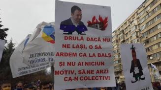 """Sindicalistii de la metrou protesteaza in fata Ministerului Transporturilor si cer demisia lui Catalin Drula: """"Drula, daca nu ne lasi, o sa ardem ca la Bals"""""""
