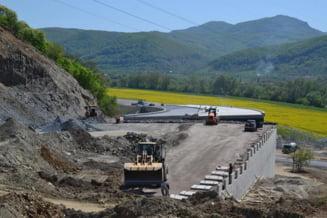Singura portiune pe care se poate circula din Autostrada Lugoj-Deva e crapata in profunzime. Constructorul zice ca e normal