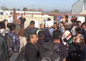 Situatie incredibila la frontiera Greciei: Refugiatii ridica propriul gard impotriva altor imigranti