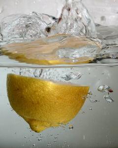 Slabeste consumand apa cu lamaie