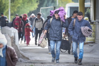 Slovenia, la capatul puterilor: E ca in razboi! Refugiatii isi fac selfie in fata corturilor incendiate