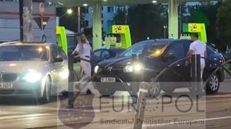 Sofer de BMW filmat cum a blocat o masina in Bucuresti si i-a spart geamul cu crosa de golf. In scena apare si o femeie, care loveste autoturismul atacat VIDEO
