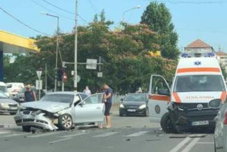 Soferul unui BMW a intrat intr-o ambulanta care transporta un tanar suspect de COVID-19. Masina de salvarea avea semnalele vizuale si acustice pornite