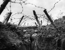 Soldatii francezi, in transee acoperite cu sarma ghimpata