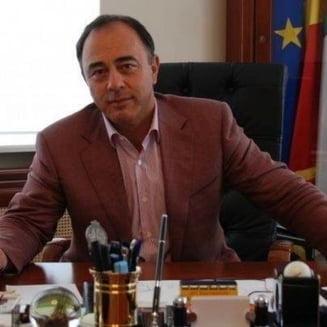 Solicitare de retragere a decoratiei primarului din Targu Mures, pentru care nu oricine are dreptul sa fie parinte