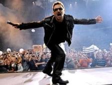 Solistul U2 a dansat imbratisat cu o fana pe scena