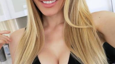 Sotia lui Hugh Hefner si-a scos silicoanele: Suferea de boala implanturilor mamare