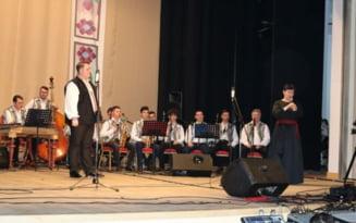 """Spectacol caritabil de muzica populara mehedinteana pentru un elev al Liceului de Arte """"I. St. Paulian"""""""