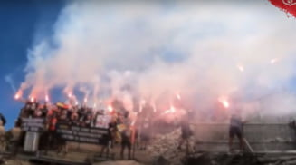 Spectacol cu torte si fumigenene facut de suporterii Stelei la Crucea Eroilor de pe Caraiman