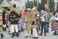 Spectacol de datini si obiceiuri in Piata Civica din Vaslui (FOTO)