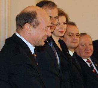 Stand stramb si judecandu-l drept pe Traian Basescu