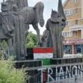 """Statuia lui Mihai Viteazul din Sfantu Gheorghe a fost vandalizata cu inscrisul """"Trianon 1920"""" si cu steagul Ungariei FOTO"""