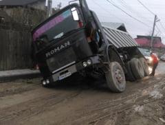 "Strada Militari din cartierul Laminorul a ""INGHITIT"" un camion"