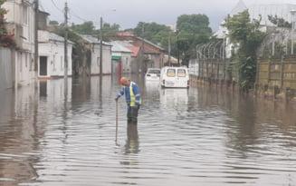 Strazi si gospodarii inundate la Fetesti si in doua comune