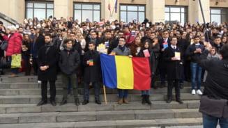 Studentii de la Drept au iesit la un protest mut pe treptele facultatii (Video)