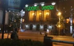 """Studentii din Iasi ii cer demisia lui Tudorel Toader prin mesaje proiectate pe sediul Universitatii: """"Nu esti rectorul meu"""" (Video)"""