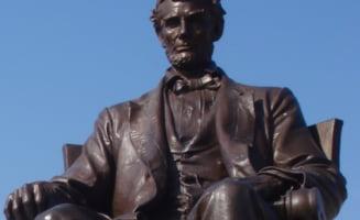 """Studentii din Wisconsin vor sa darame statuia lui Abraham Lincoln, """"in sine un simbol al suprematiei albe"""""""