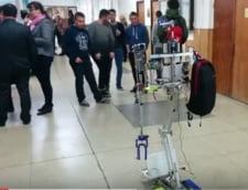 Studentii romani au inventat robotul care face curatenie si gateste (Video)
