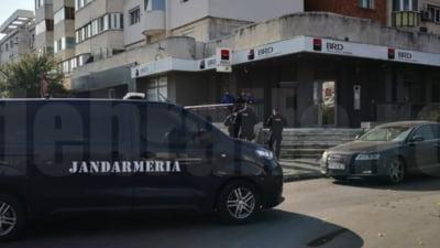 Sucursală BRD jefuită în plină zi. Un bărbat a fugit cu 4.000 de euro și este căutat de forțe de ordine impresionante