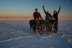"""Surpriza pentru cei trei romani care au pedalat prin desertul Atacama si pe cel mai inalt vulcan: """"Vorbeste romaneste?"""" Interviu"""