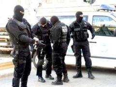 Suspecti de furt, luati din asternuturi de mascati