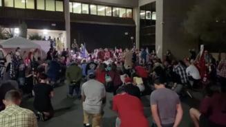Sustinatorii lui Trump protesteaza furiosi, cu arme in maini, in fata unui centru electoral din Arizona: Numarati voturile!